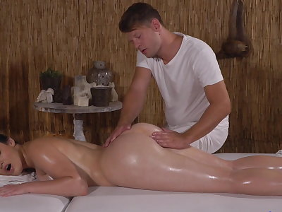 PAWG gets a sting outsider masseuse