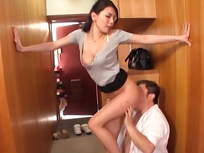 Busty Japanese darling Hodaka Yuuki drops on their way knees to please