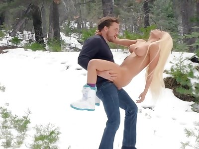 Fantasy outdoor winter porn with Luna Star