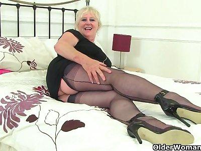 British gilf Zadi fucks her old fanny with a black dildo