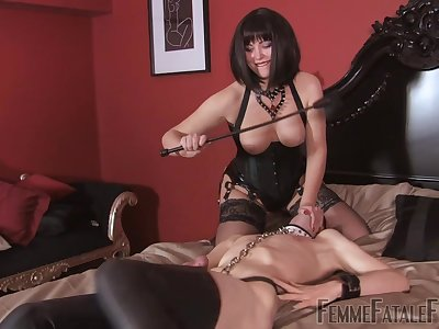 Mistress ass spanks be conducive to slave before shafting him with make an issue of strap-on